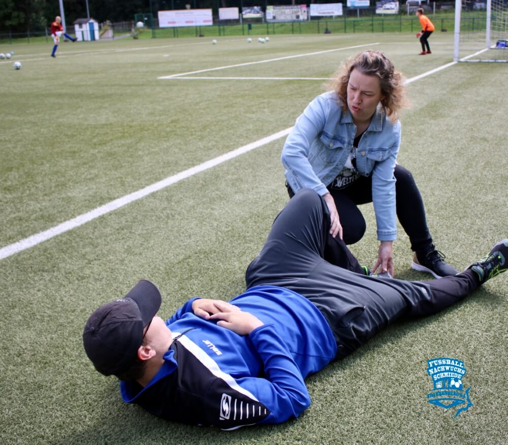 Kristin Schwalbe Kurzunterweisung zur Erkennung Kreuzbandverletzung bei Trainer Kretzschmar - 18.07.2021
